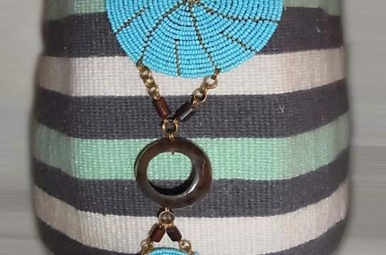 Kiondo-Korb grau-grün-weiss aus Sisal und Wolle mit türkisen Perlen-Ornamenten