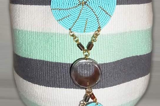 Kiondo-Korb grau-grün-weiss Blockstreifen aus Sisal und Wolle mit türkisen Perlen-Ornamenten