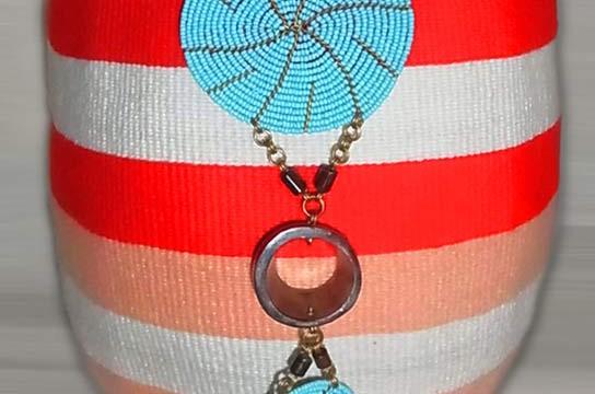 Kiondo-Korb orange-peach-weiss aus Sisal und Wolle mit türkisen Perlen-Ornamenten