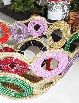 Perlenschale beige-bunt mit offenen Kreisen aus Glasperlen und Draht