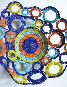 Perlenschale blau-gelb-weiss mit offenen Kreisen aus Glasperlen und Draht, Sicht von oben