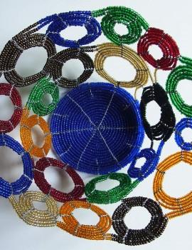 Perlenschale blau-bunt mit offenen Kreisen aus Glasperlen und Draht