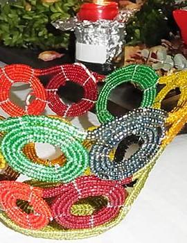 Perlenschale gelb-rot-bunt mit offenen Kreisen aus Glasperlen und Draht