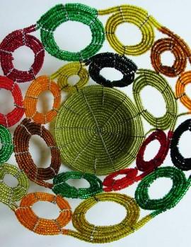 Perlenschale oliv-bunt mit offenen Kreisen aus Glasperlen und Draht, Sicht von oben