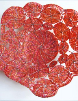 Perlenschale rot aus Glasperlen und Draht, Sicht von oben